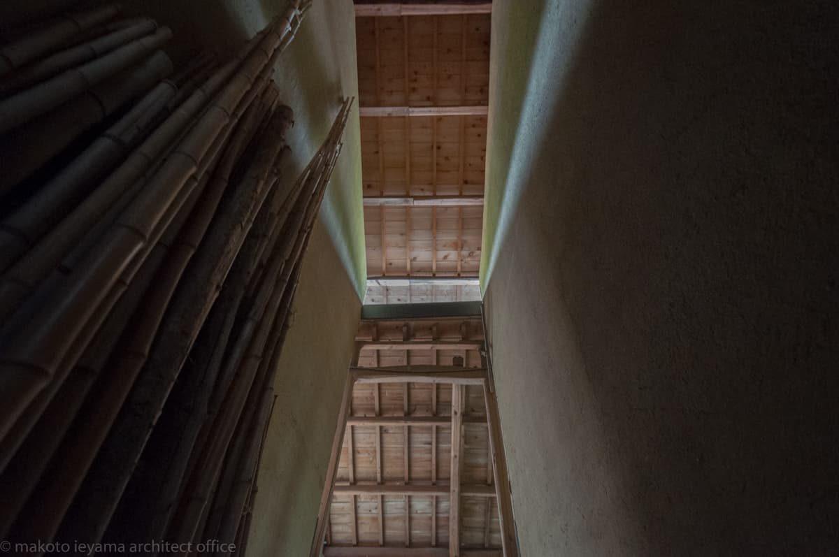 八幡の土蔵 大屋根と下屋の隙間から差し込む光