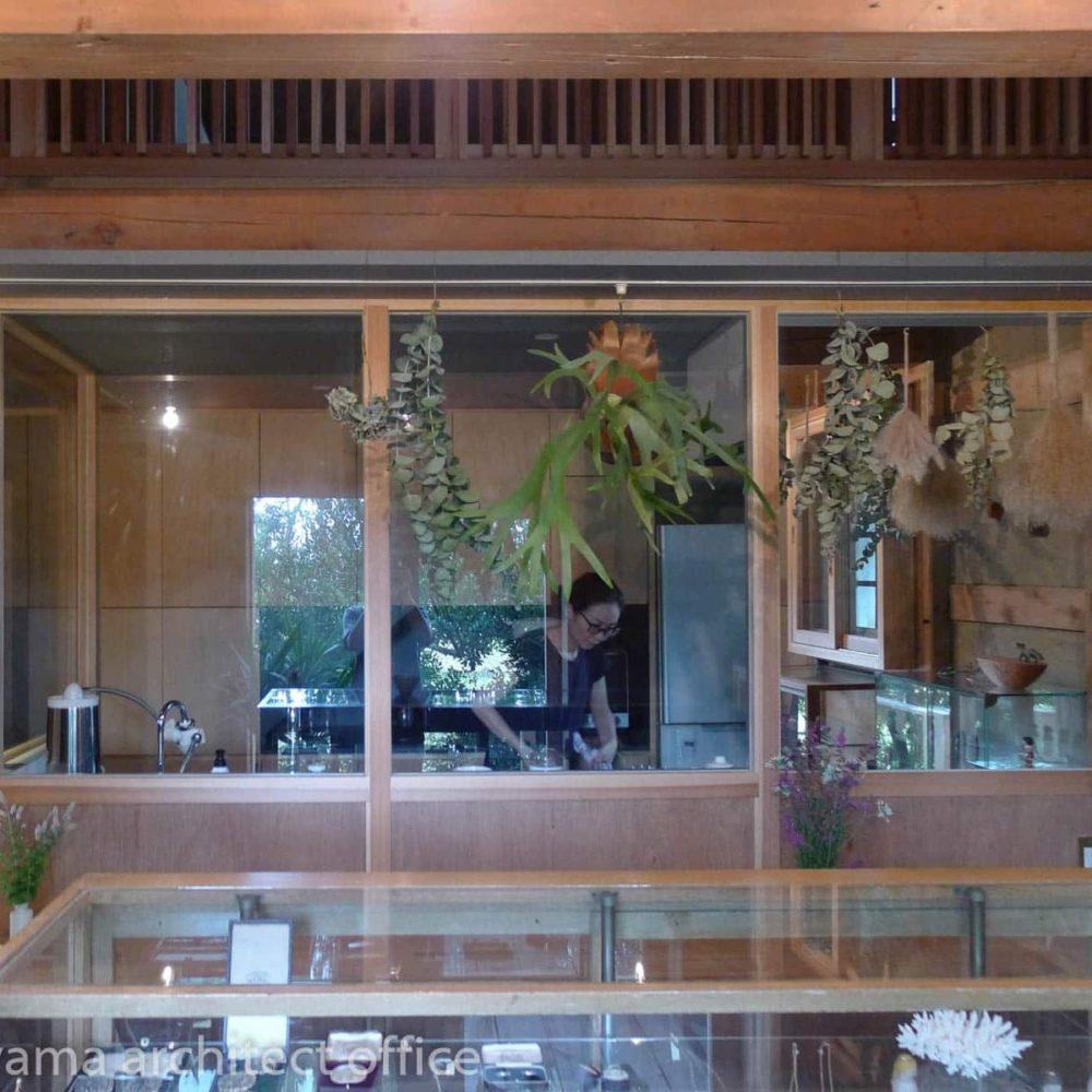 大場町のアトリエ ガラス越しのキッチン