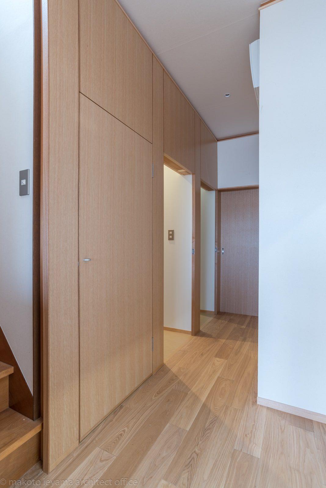 ドアパネルの奥の白い空間