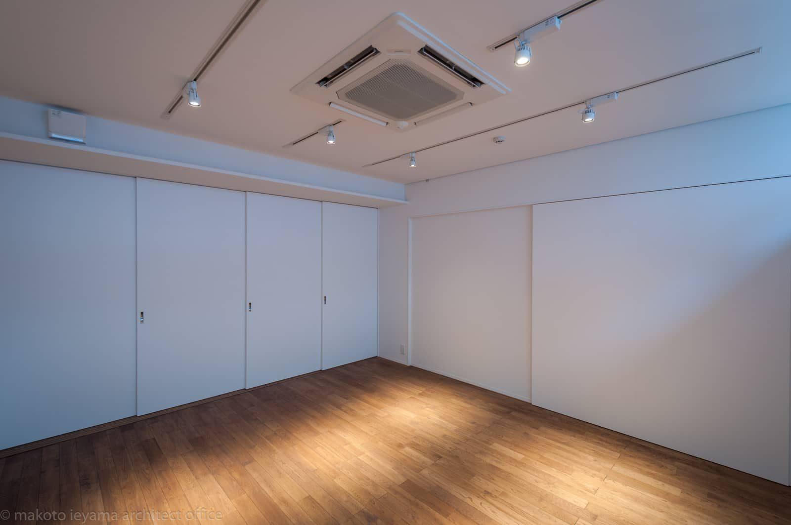 ギャラリー小上がりスペースの扉を閉める