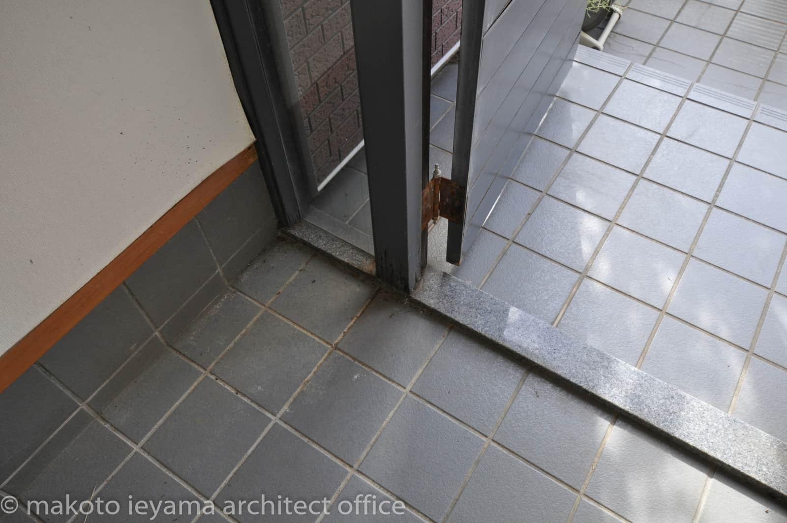改修前の玄関ドア枠