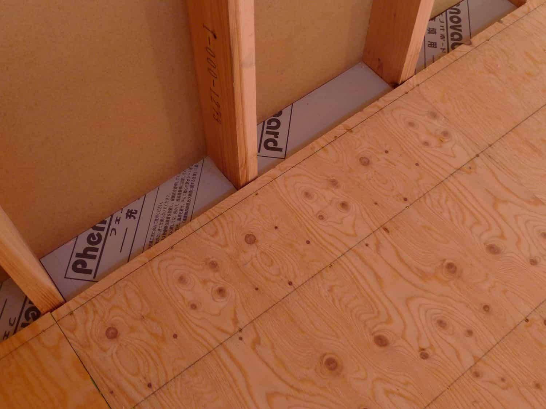 南砺市の家 床下の間柱間の断熱材