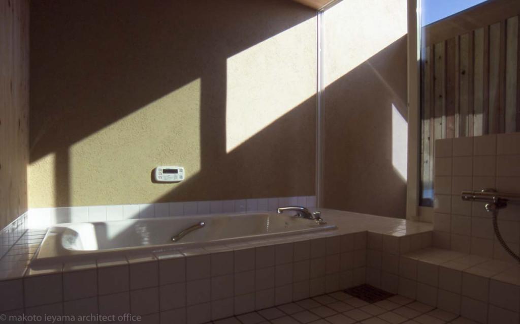 坪庭に面した浴室