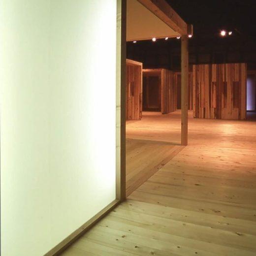 土蔵の中の光る壁