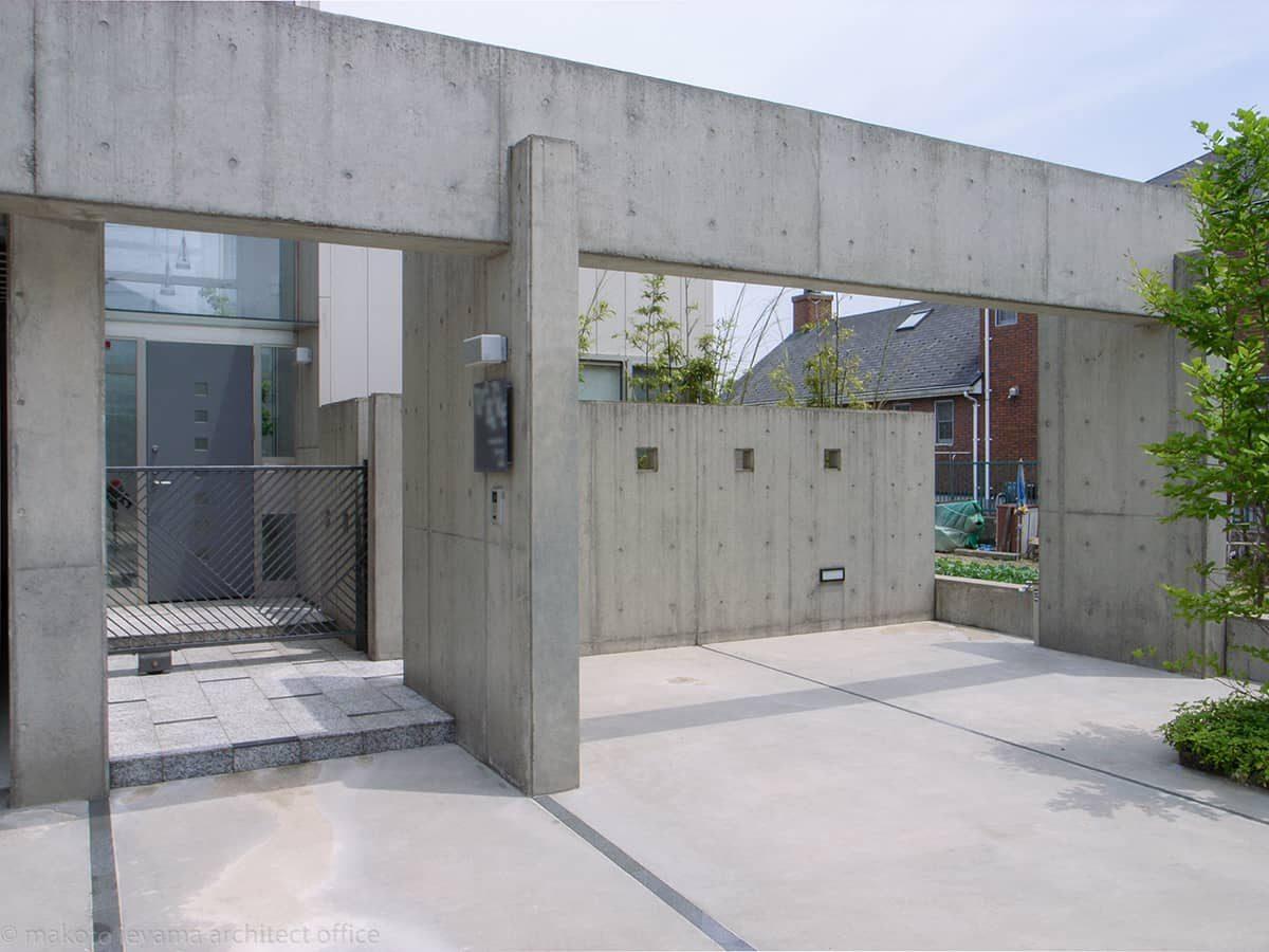 コンクリート打放のゲートと塀