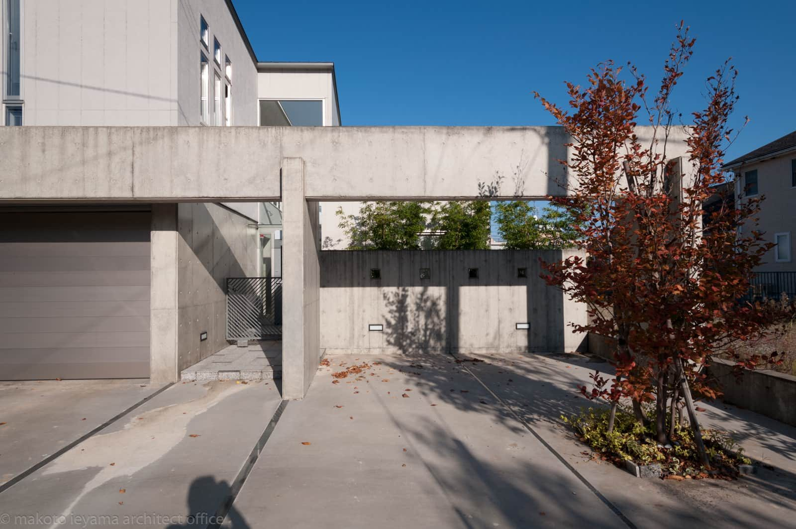久安の家 玄関アプローチと車庫入口