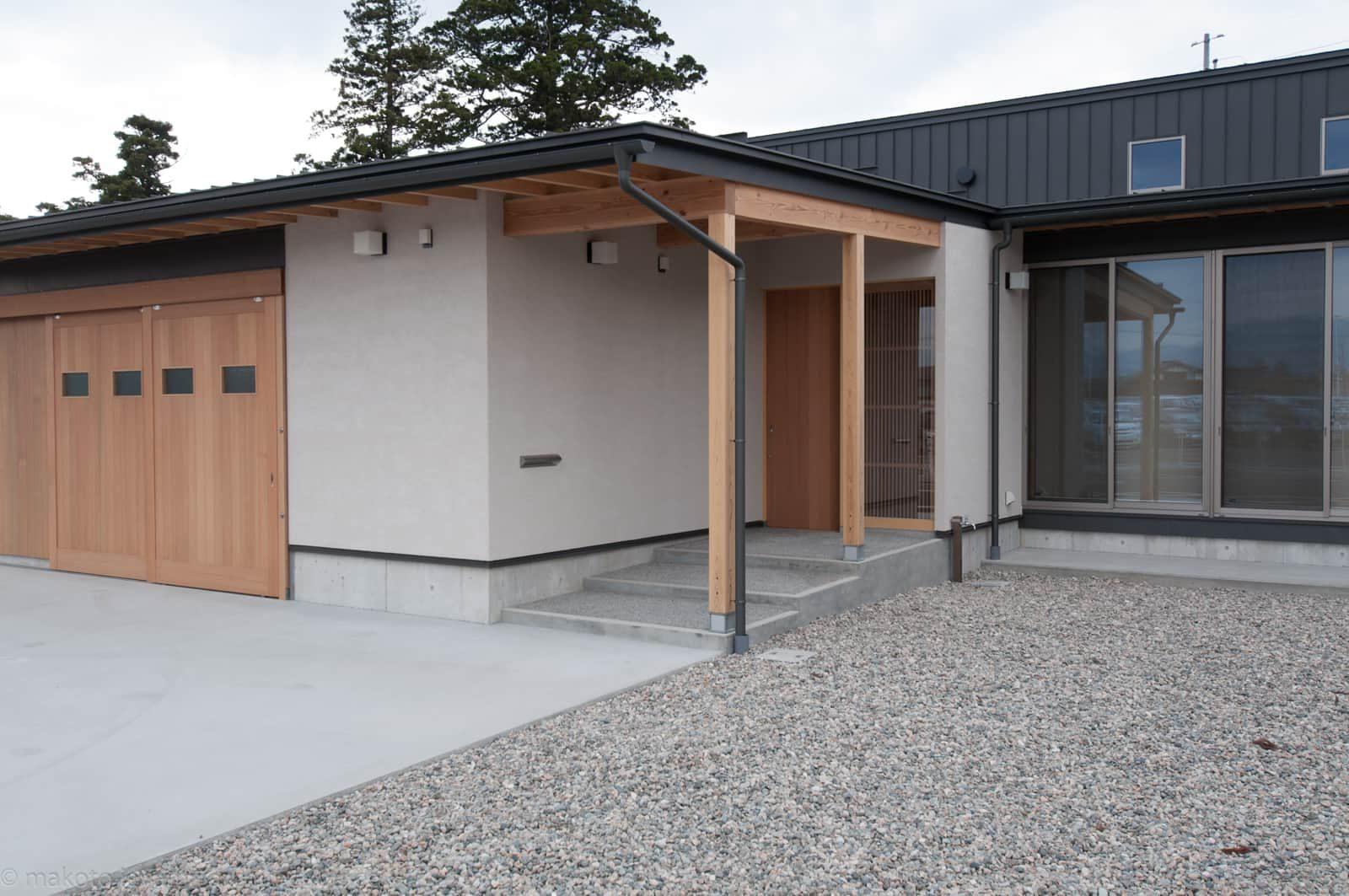 南砺市の家 玄関アプローチと車庫入口