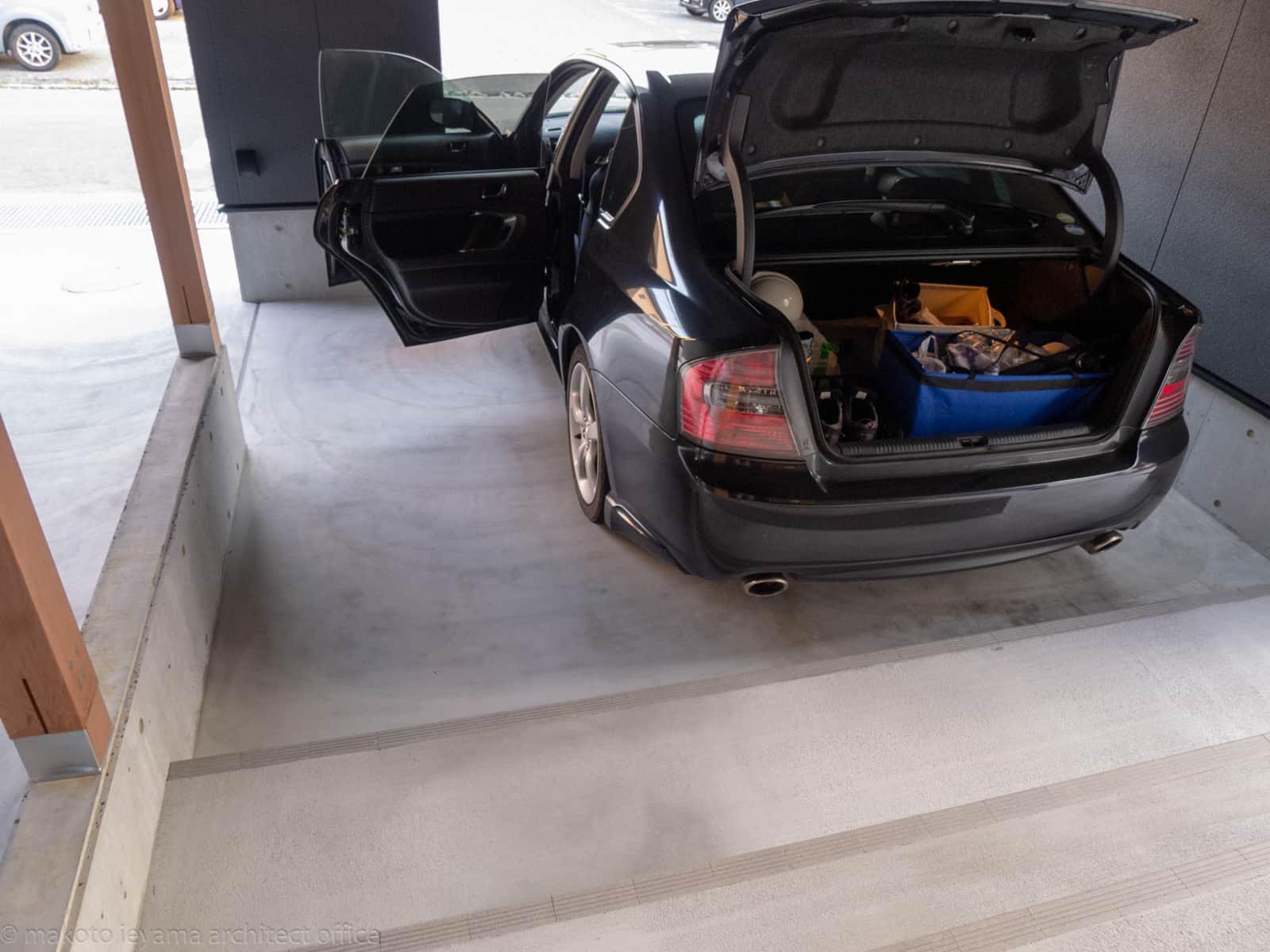 円光寺の家 ガレージで荷物の積みおろし